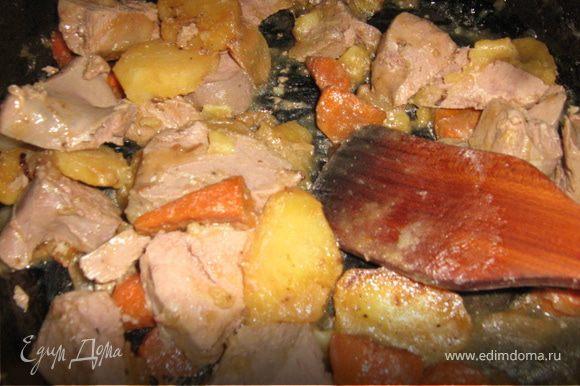 Овощи слегка поджарить на масле, добавить немного воды, соль, перец, накрыть крышкой и тушить до готовности. Добавить к ним печень, перемешать, дать остыть.