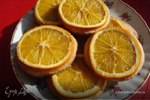 Примерно минут через 15 кухню наполнил аромат апельсина. Немного погодя я достала вот такое печенье... P.S. Это печенье хорошо очень свежим, еще немного теплым. Через определенное время апельсиновые корочки немного подсыхают и уже не такие мягкие, но все равно очень вкусно.