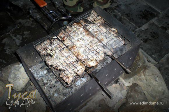 Мясо нарезать кубиками,лук кольцами посолить,поперчить и залить кефиром до полного погружения мяса.Уже через час можно жарить. В этот раз поленились нанизывать на шампуры и просто положили на решетку.Отлично вышло!!
