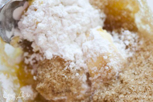 Предварительно размягченное сливочное масло соединить с коричневым сахаром и сахарной пудрой, тщательно перемешать.