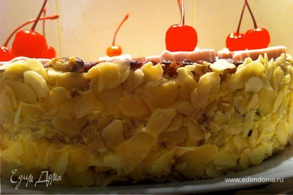 Через минут 30 достаем торт и принимаемся его украшать на свой вкус: миндальной стружкой украсить бока торта.