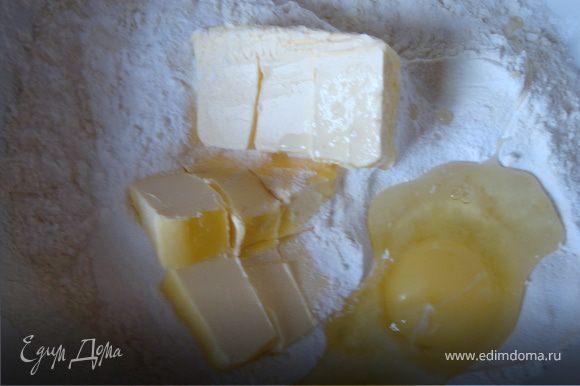 В миску просеять муку, добавить сахарную пудру, яйцо и размягченное сливочное масло.