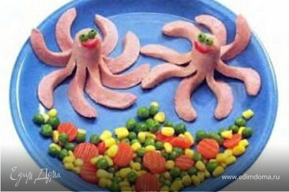 морковка, кукуруза, зеленый горошек, сосиска - на мой взгляд, не хватает подливки