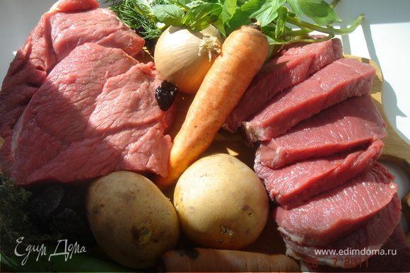 Мясо разрезать на 8 крупных кусков и быстро обжарить на оливковом масле с двух сторон.Овощи крупно порубить.Мясо,овощи и чернослив уложить в керамический горшок(жаровню,чугунную кастрюлю),посолить,поперчить,сдобрить прованскими травами.Добавить 2 бокала вина,плотно накрыть крышкой и поставить в духовой шкаф при t 180*на 1,5-2 часа.На гарнир подать отваренный картофель.Приятного аппетита!