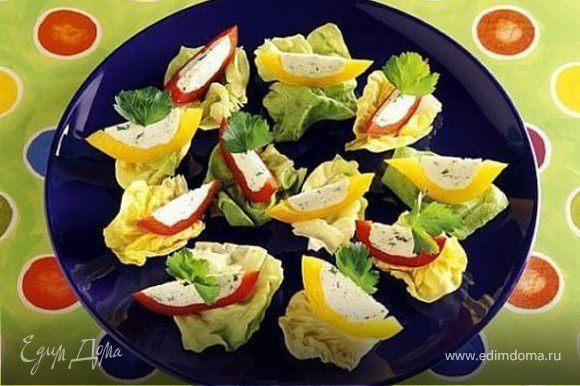 перекус - лодочки из болгарского перца, творога с зеленью на листочках салата