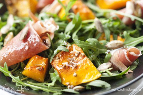 Легкими движениями встряхнуть салат. Полить оставшейся заправкой и подавать.