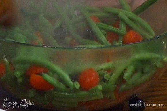 Соединить фасоль с нарезанными помидорами и оливками.