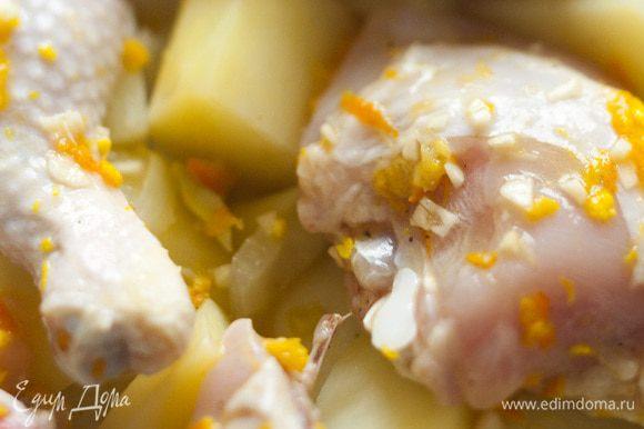 Выложить на противень фенхель и картофель, сверху уложить куски курицы, полить все маринадом.