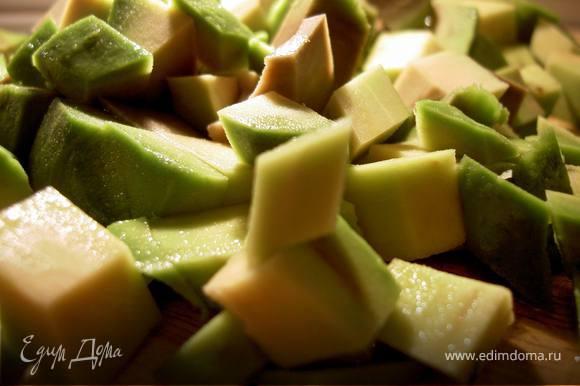 Авокадо нарежьте кубиками и сбрызните лимонным соком.