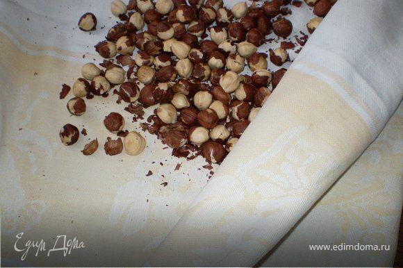 Собрать ядра орехов в полотенце и покатать по рабочей поверхности стола