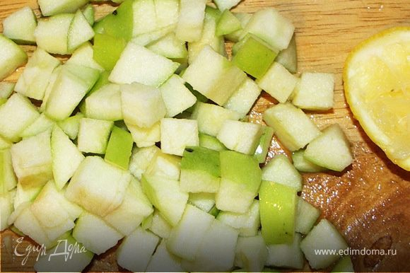 Салат,черемшу и базилик порезать или порвать руками.Яблоко порезать на кубики и тут же выжать на него сок из половинки лимона.