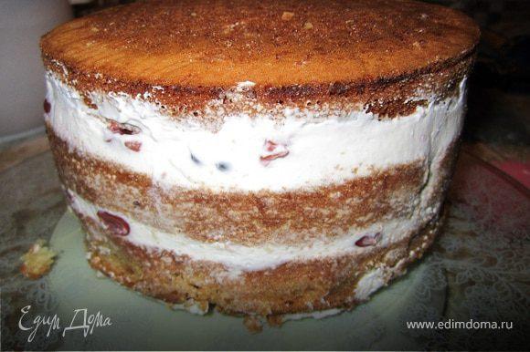 Собираем торт. Корж, крем, вишня, шоколад. Торт лучше поставить на пару часов в холодильник для застывания.