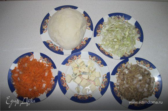 Картофель и морковь трем на мелкой терке, капусту нарезаем мелкой соломкой, лук небольшими кубиками.