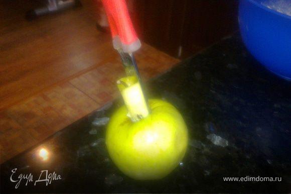 Из яблока удаляем сердцевину.