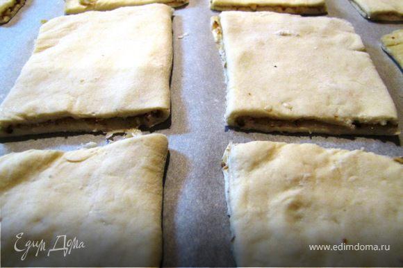 Тонко раскатываем тесто, посыпаем орехом, сахаром, складываем пополам и разрезаем на квадратики. У меня из 200 г теста получилось 12 печенюшек.