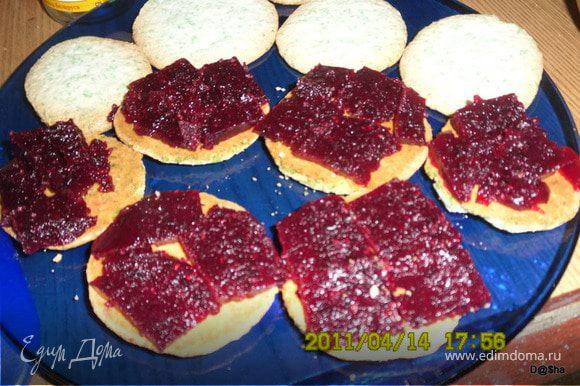 Еще у меня оставалось готовое смородиновое желе.Поэтому половину печенек я прослоила еще и им.