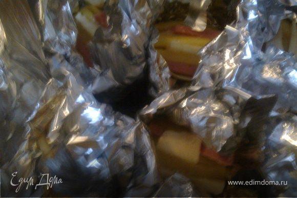 Берем кусочек фольги квадратной формы.Посередине кладем кусочек помидора сушеного.В надрезы картошки поочереди вставляем брынзу и ветчину.Кладем картошку на кусочек помидора сушеного и плотно прижимаем фольгу к картошке ,но не заворачиваем до конца.