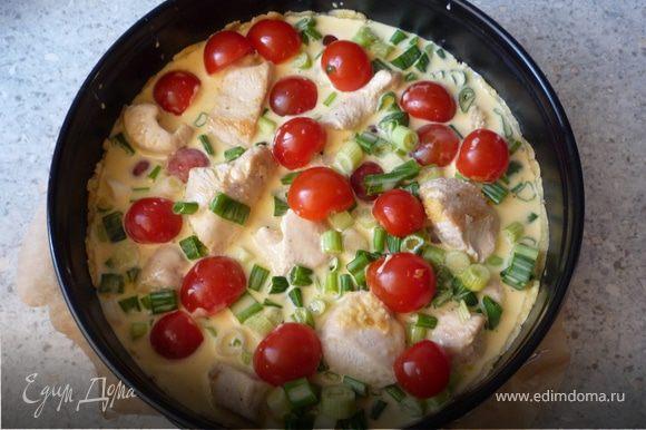 Выложить томаты и индейку, залить сливочно-яйчной массой. Выпекать 40 минут на средней полке в духовке до золотисто-коричневого цвета.