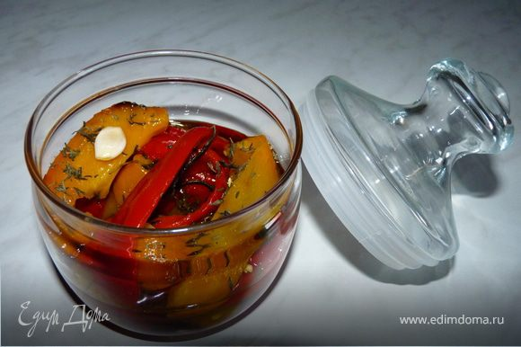 Оставшийся перец можно уложить в баночку, пересыпать прованскими травами, чесноком, залить оливковым маслом. Хранить в холодильнике.