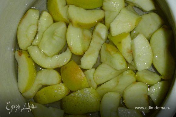 Яблоки нарезать небольшими кусочками, предварительно удалив сердцевину, к ним добавить сахар и воду. Довести до кипения, а затем варить минут 10 на слабом огне.Яблочному отвару дать настояться 15мин.,затем яблоки вынуть из отвара, отделить 250мл отвара, влить в миску, добавить сахар, соль и перемешивать до растворения сахара.Затем добавлять постепенно просеянную муку с разрыхлителем и корицей, тщательно перемешать, чтобы не было комочков. Тесто должно быть как густая сметана.Добавляем крупно измельченные орехи,а также изюм и вяленую вишню, предварительно обваляв в муке, и перемешиваем.В смазанную растительным маслом форму и припыленную мукой выливаем тесто и выпекаем при 180 гр. 50 минут,готовность проверяем деревянной палочкой.При выпечке кекс может потрескаться, но это не страшно.После того как достанете кекс из духовки, оставьте его в форме на 10 минут, а затем аккуратно извлеките и дайте остыть.А теперь можно наслаждаться вкусным кексом!
