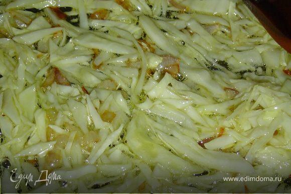 Для нашего блюда шинкуем капусту, нарезаем небольшими кусочками кабачок, лук, грибы и помидоры.На растительном масле обжариваем лук до золотистого цвета, затем добавляем капусту и обжариваем в течении 2-3 минут, после этого кладем грибы и обжариваем.К обжаренной капусте и грибам добавляем помидоры, а затем томатный сок. Тушим на медленном огне 10-15 минут, добавляем соль, перец,специи. Приятного аппетита!