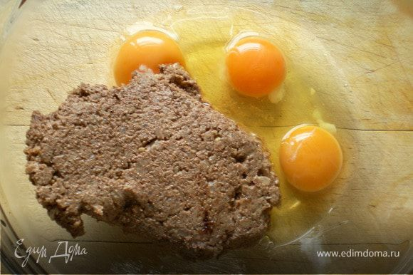 С холодильника достать лявянги. В отдельной посуде взбить остальные яйца,смешать с лявянги,