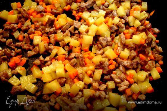 Обжарить мясо на оливковом масле в течении 5 мин. Добавить также порезанные мелкими кубиками картофель и морковь. Обжарить еще минут 5.