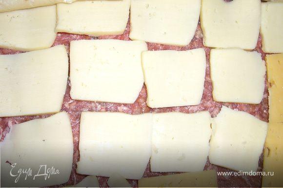 сыр нарежем тонкими ломтиками и выкладываем его на фарш равномерно