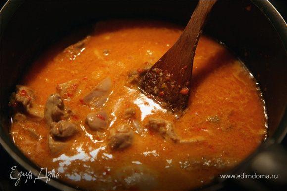 В отдельной сковороде разогреть растительное масло,положить туда подготовленную пасту и тушить на небольшом огне,непрерывно помешивая,до тех пор,пока паста не изменит цвет с красного на светло-коричневый,а масло не отделится.Далее положить сахар и хорошо перемешать.В сковороду на пасту выложить кусочки курицы,пермешать и влить кокосовый соус,в котором готовилась птица.Тушить не более 1 минуты.