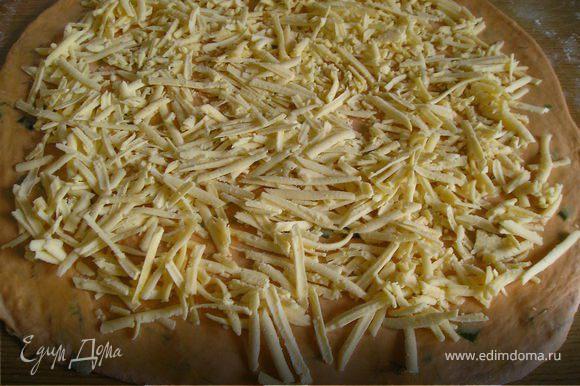 Сыр натереть на терке. Раскатать тесто в пласт толщиной 1 см. Выложить сверху сыр.