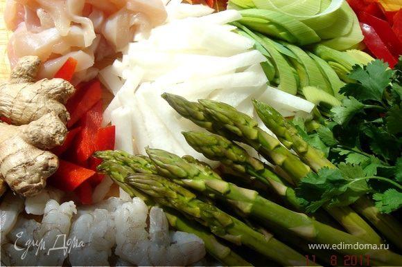 Порезать все овощи и мясо:дайкон и сладкий перец-длинными брусочками,лук-порей-кольцами,спаржу-на 3 части,кинзу,чеснок и острый перец -мелко порубить,куриное мясо-тонкими длинными полосками.