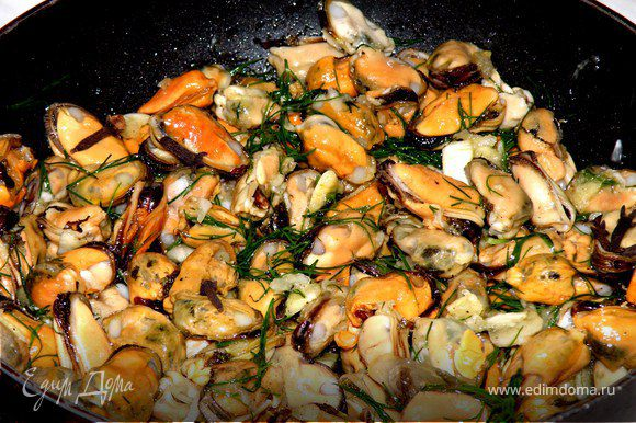 В жароупорную емкость (у меня маленькая сковородка с железной ручкой) наливаем оливковое масло,затем засыпаем мидии,гвоздички и приготовленный чесночный соус.Перемешиваем все вместе.Ставим в предварительно разогретую духовку до 180градусов и выпекаем минут 25.Вы поймете что мидии готовы по чудесному аромату!Подавала я их с рисом басмати.Приятного аппетита!