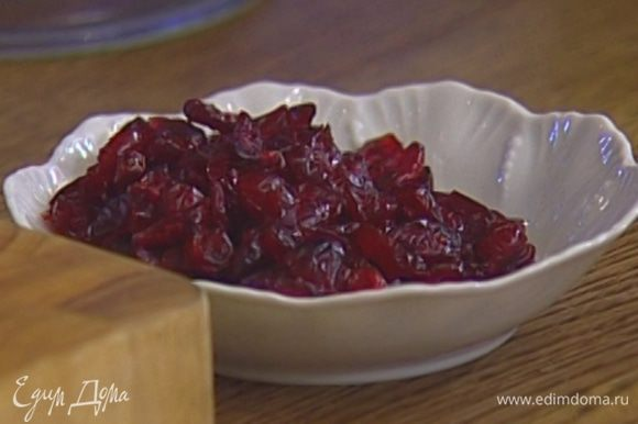 Клюкву выложить в глубокую посуду, добавить цедру и сок апельсина, дать настояться.