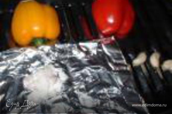 Красный и желтый перец, чеснок и шалот запечь в духовке используя гриль около 5-10 минут. Очистить перец от кожицы. Перец, шалот и чеснок тонко нарезать. Добавить сок 1/2 лимона и смешать с авокадо и красным луком.