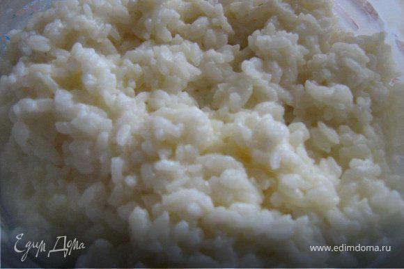 Сварить рисовую кашу.Я варю в микроволновке: рис промыть,положить в посуду для микро и залить двумя с половиной стакана кипятка,поставить на мощность 100 на 20 минут(у Вас может быть другая микроволновая печь,поэтому время регулируйте сами)
