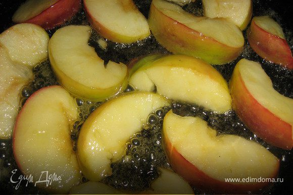 В сковороде разогреть сливочное масло,аккуратно разложить дольки яблока на сковородку с маслом,посыпать ложкой сахара,и жарить(карамелезировать)с двух сторон до золотистого цвета примерно 8-10 минут.