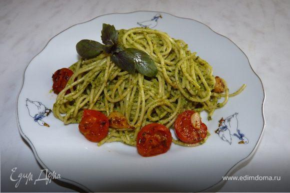 Можно на оливковом масле обжарить чеснок и черри, добавить к готовой пасте с песто.