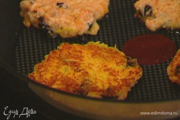 Разогреть в тяжелой сковороде оливковое масло, выкладывать ложкой оладьи и обжаривать с двух сторон.