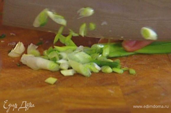 Шнитт-лук и зеленый лук мелко нарезать и вмешать в тесто (немного шнитт-лука оставить).