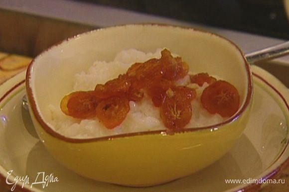 Готовую кашу разложить в тарелки, сверху добавить карамелизированный кумкват.