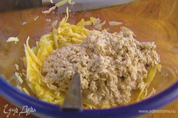 Соединить овсянку с картофельно-сырной массой, перемешать.