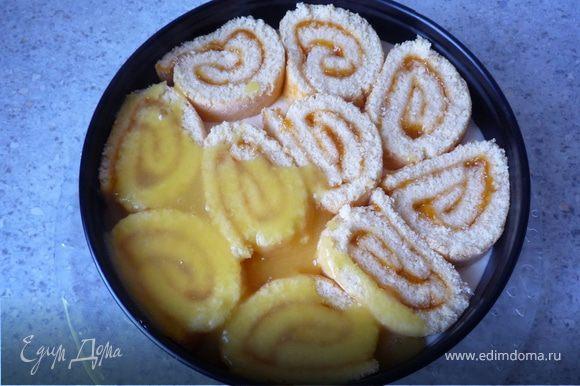 Смешаем порошок для желе для торта с 2ст.л сахара. С 250мл апельсинового сока вскипятим в кастрюле и равномерно распределяем сверху торта. Ставим снова в холодильник на 30 мин.