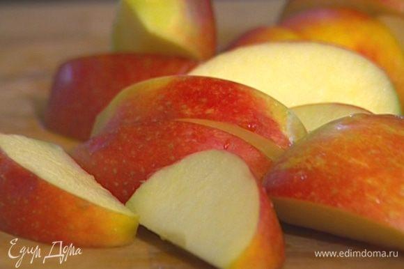 Яблоки разрезать и удалить из них сердцевину.