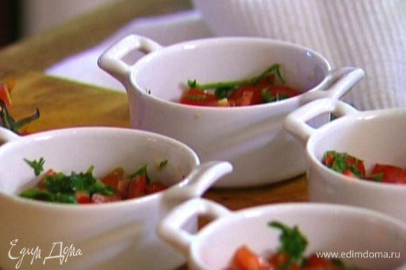 Выложить помидоры в 4 небольшие керамические формочки, влить по 1 ст. ложке сливок.