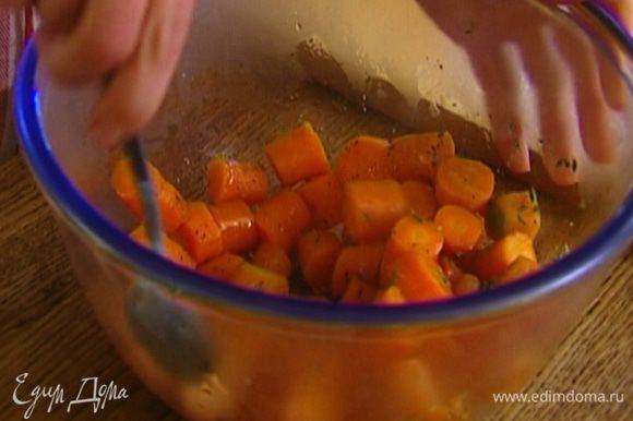 Откинуть готовую морковь на дуршлаг, выложить в миску, добавить мед, тимьян, посолить, поперчить, все перемешать.