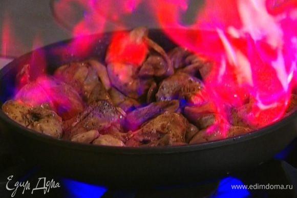 Разогреть в сковороде 1 ч. ложку оливкового масла и обжаривать куриную печенку 4–5 минут, затем влить коньяк.