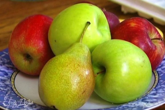 Грушу и яблоко, удалив сердцевину, порезать дольками.