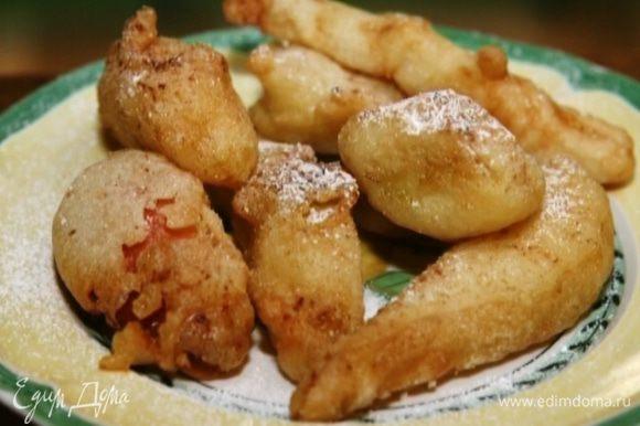 Готовые, еще горячие фрукты присыпать оставшейся сахарной пудрой и корицей.