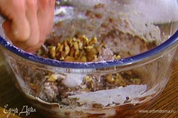 Ввести муку, яйца, измельченные грецкие орехи и перемешать.