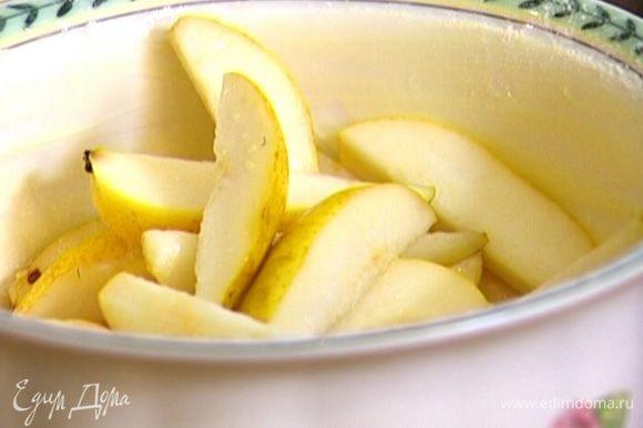 Жаропрочную форму смазать сливочным маслом, присыпать 1 ч. ложкой муки, уложить в нее груши.